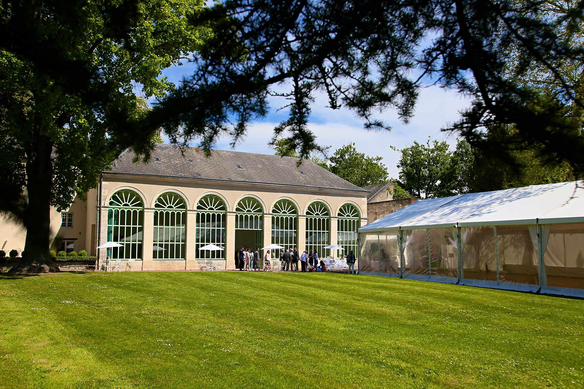 Location d'une tente prestige dans un parc du Val de Loire pour la célébration d'un mariage